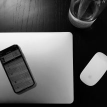 MacBook Air - Magic Mouse - Eau - iPhone X - Spreaker - Table