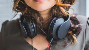 Guillaume Vendé - Bas du visage d'une femme avec un casque audio noir
